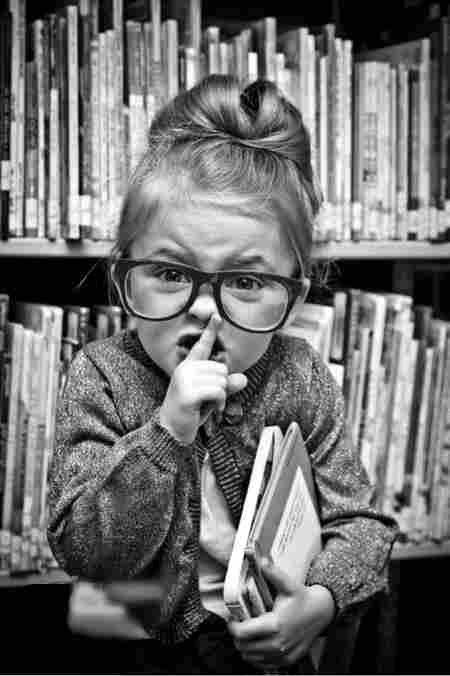 http://www.en-noir-et-blanc.com/1-images/Enfant%20-%20Fille%20elle%20a%20dit%20Chut%20la%20Madame.jpg
