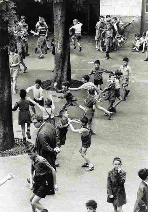"""Résultat de recherche d'images pour """"Enfants jouant dans les près a saute moutons ,photos anciennes"""""""