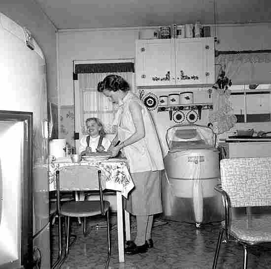 Femmes au foyer photos anciennes et d 39 autrefois for Femme au foyer 1960
