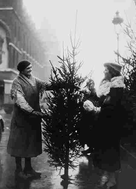 Deux Femmes Achetant Un Sapin Noel Hiver 1933 Photos